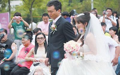 毕文静婚礼刘璇(图中戴眼镜者)现身 摄/记者 林晖