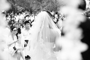 新娘毕文静入场,坐在第一排的刘璇依然很抢眼 摄/记者 林晖
