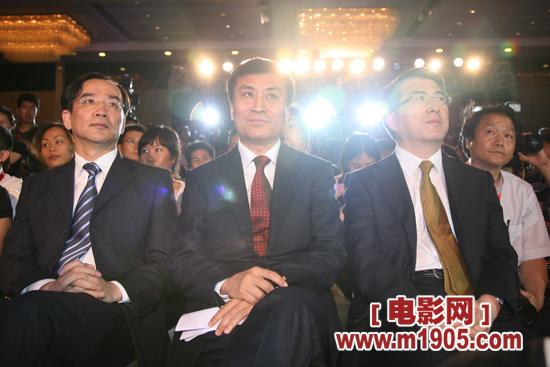 左起:上影集团总裁任仲伦、电影频道节目中心主任阎晓明、国家广电总局电影局副局长喇培康