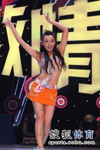 图文:NBA美女啦啦队选拔赛  橘黄色超短裙亮相