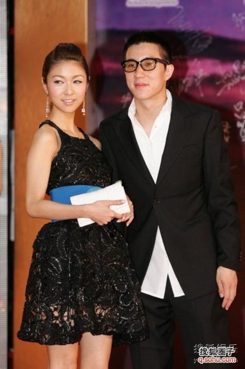 薛凯琪在今年的金像奖红毯上穿了疑似Prada的蕾丝礼服,用了Fendi的蓝色腰带