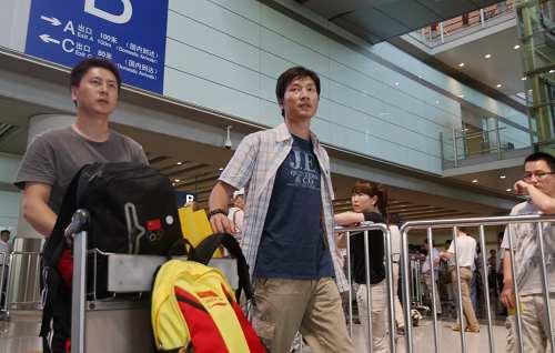 胡斌渊(右)与队友走出机场