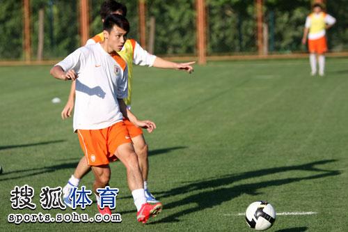 图文:[中超]山东鲁能备战 吕征抢球