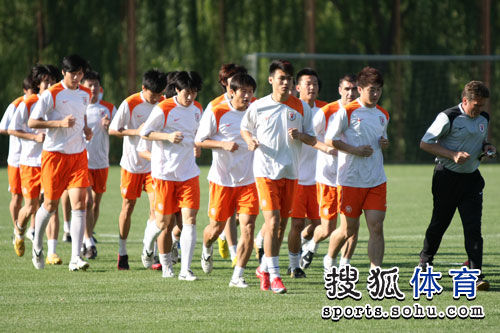 图文:[中超]山东鲁能备战 慢跑热身