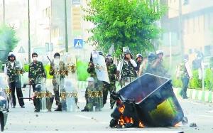 6月20日,伊朗防暴警察在首都德黑兰街头警戒。新 华