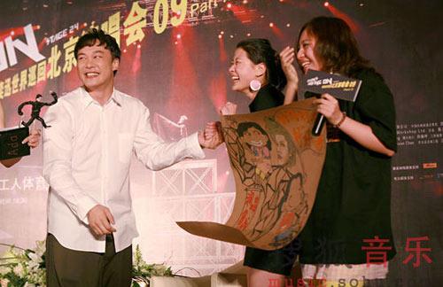 图文:林丹为陈奕迅演唱会造势 粉丝大笑姑婆