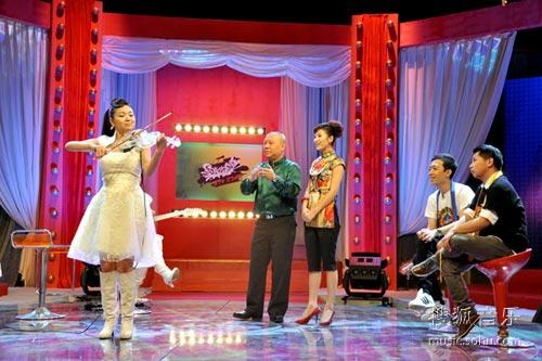 廖纯纯表演花式小提琴