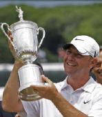 图文:黑马格罗沃尔获美国公开赛冠军 展示奖杯