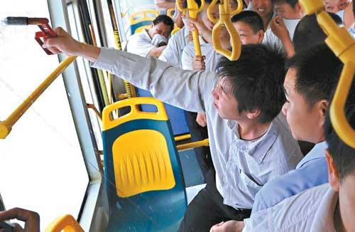 """运行途中,公交车""""起火"""",有""""乘客""""敲碎玻璃准备""""逃生""""。"""