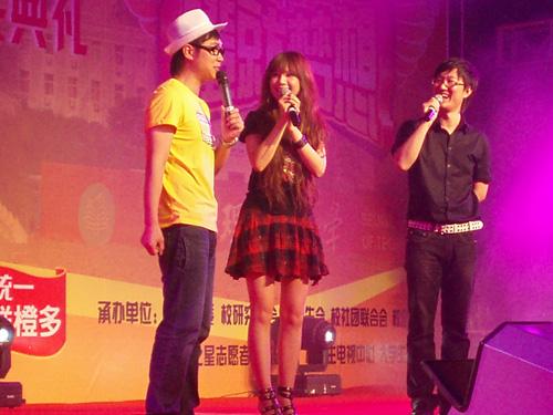 王浩和主持人大鹏在台上与学生进行互动