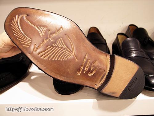 只有这个系列的鞋底才有羽毛标志,鞋跟易磨损部位用了飞机轮胎材料制作,穿10年也不会磨损,非常实用