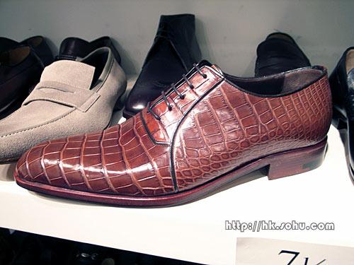 鳄鱼皮鞋面非常珍贵,找不到完全一样的两只鞋