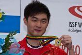 图文:世界杯男子飞碟双多向 莫俊杰展示金牌