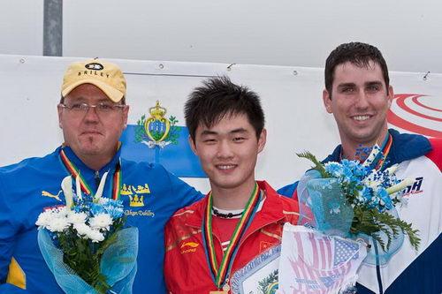 图文:世界杯男子飞碟双多向 莫俊杰在领奖台上