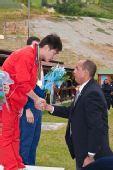 图文:世界杯男子飞碟双多向 莫俊杰接受祝贺