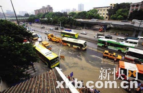 广州水管爆裂引发地陷周边停水 卡住两辆车(图