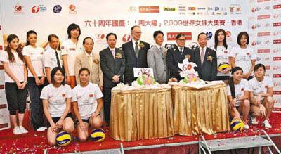 港协暨奥委会会长霍震霆(后右4)率领一众嘉宾出席香港站赛事新闻发布会。本报记者徐慧华 摄