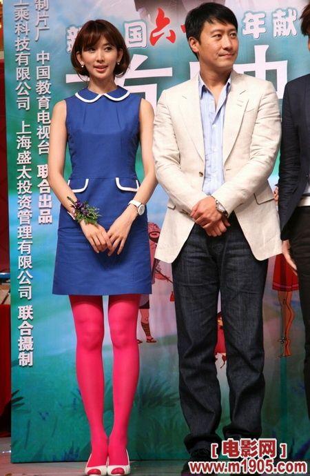 丝袜穿黑色是沉稳,穿粉色是明快,总之对于林志玲来说都Ok。