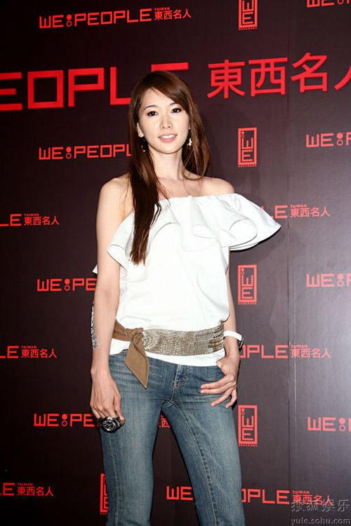上周,林志玲亮相某杂志发布会,上衣的设计很别致。