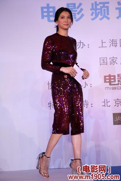 6月20日,袁咏仪为第十二届上海国际电影节新片展映单元电影频道传媒大奖颁奖。