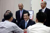 马英九登记选国民党主席 强调不回以党领政状态
