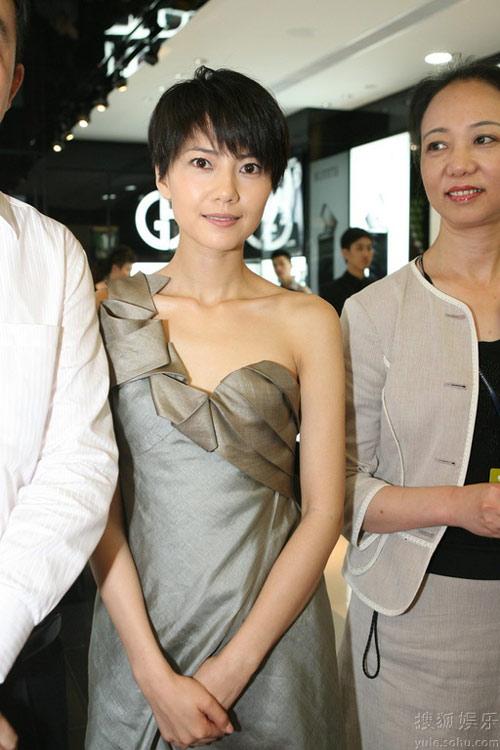 6月19日,高圆圆着一身灰色礼服出席阿玛尼南京化妆专柜开柜仪式