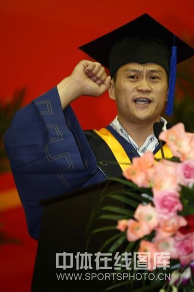 张国政硕士毕业 张国政紧握拳头