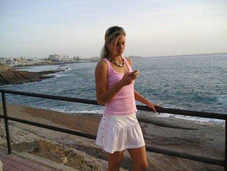 图文:美少女基里连科写真 超短裙海边漫步