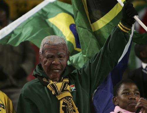 南非球迷戴上曼德拉面具
