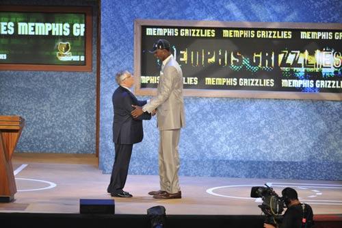 图文:[NBA]09NBA选秀 塔比特握手