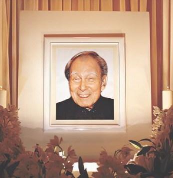坚叔丧礼采用基督教仪式,灵堂以白花为主,遗照笑容满面。