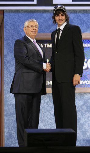 图文:[NBA]09NBA选秀 卢比奥与斯特恩握手