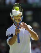 猜猜看:网球拍后若隐若现的脸是哪位帅哥?