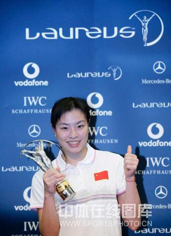 图文:中国奥运代表团获最佳团队 吴敏霞拿奖杯