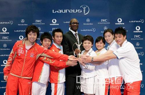 图文:中国奥运代表团获最佳团队 展示奖杯