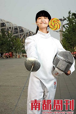 中华女子学院经济管理系击剑队大一女生。摄影・邵欣