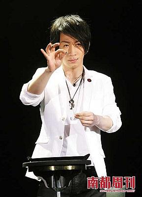 5月8日,刘谦亚洲巡演南京站演出。演出前,刘谦在后台大哭一场,因为压力实在太大。