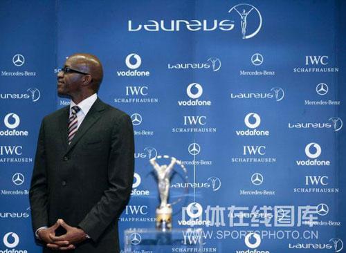 图文:中国奥运代表团获最佳团队 摩西颁奖