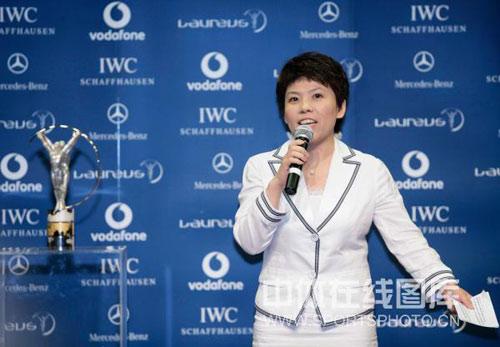 图文:中国奥运代表团获最佳团队 邓亚萍发言