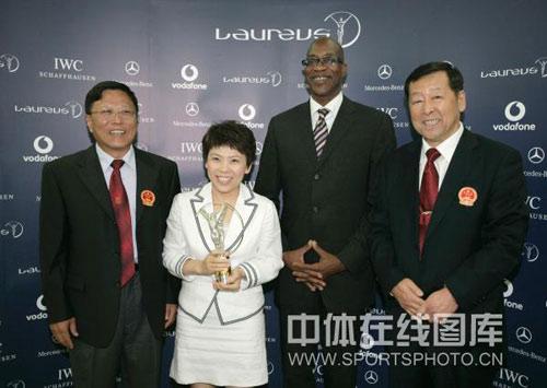 图文:中国奥运代表团获最佳团队 邓亚萍拿奖杯