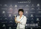 图文:中国奥运代表团获最佳团队 邓亚萍捧奖杯