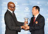图文:中国奥运代表团获最佳团队 崔大林接杯