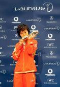 图文:中国奥运代表团获最佳团队 张怡宁吻杯