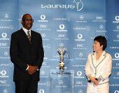 图文:中国奥运代表团获最佳团队 邓亚萍看摩西