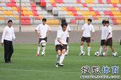 图文:[中超]天津战前训练 王新欣射门