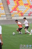 图文:[中超]天津战前训练 韩燕鸣背身护球
