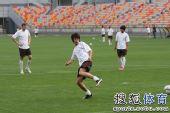 图文:[中超]天津战前训练 马磊磊脚后跟射门