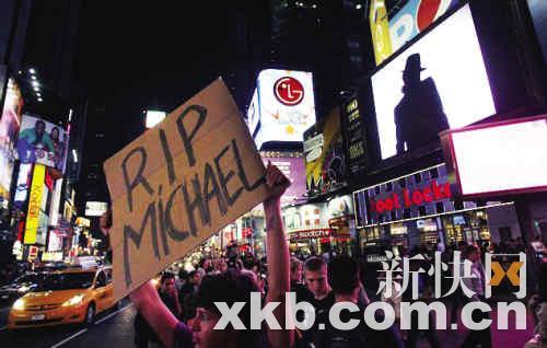 街头竖起大型悼念广告牌