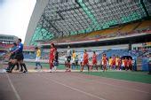 图文:[中超]重庆VS陕西 双方球员入场
