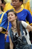 图文:[中超]重庆VS陕西 美女球迷焦急
